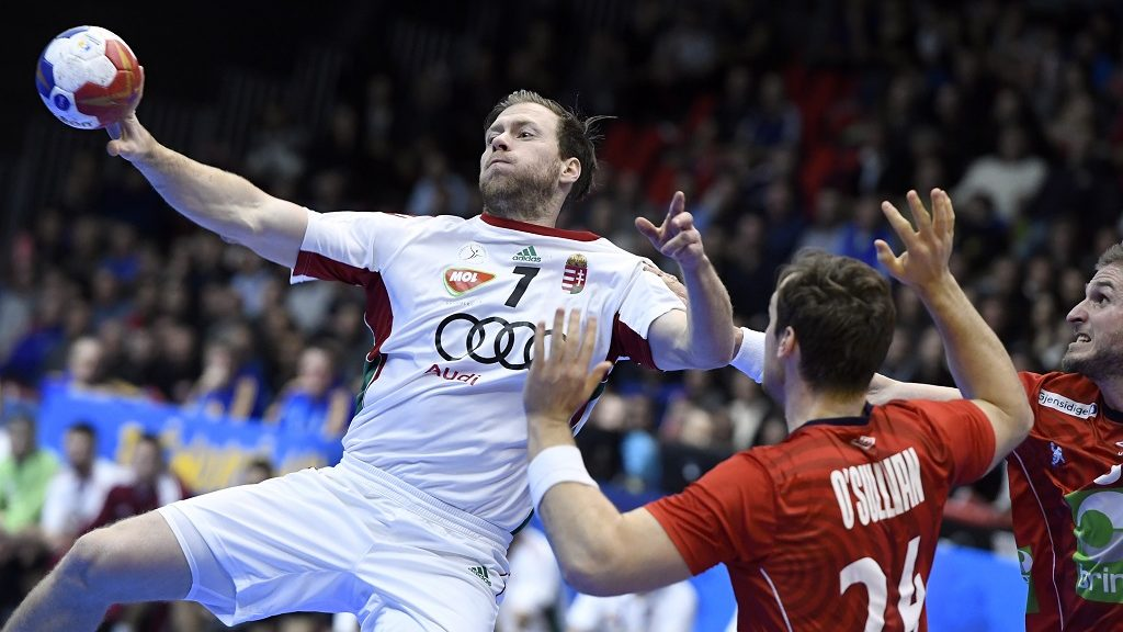 Hungary's centre back Gabor Csaszar (L) passes the ball under pressure from Norway's centre back Christian O'Sullivan (2ndR) and Norway's pivot Bjarte Myrhol during the 25th IHF Men's World Championship 2017 quarter final handball match Norway vs Hungary on January 24, 2017 at the Halle Olympique in Albertville. / AFP PHOTO / Philippe DESMAZES