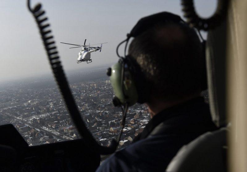 Budapest, 2017. január 26. Egy MD902 Explorer típusú helikopter a rendõrség új helikopterflottájának átadásán Budapest felett 2017. január 26-án. A rendõrség az öt MD902-es gépet kapott, ezek váltják le a Mi-2-es típusúakat. A korábban beszerzett MD500-asokkal együtt kilenc amerikai helikopter teljesít februártól szolgálatot a rendõrség flottájában. MTI Fotó: Kovács Tamás