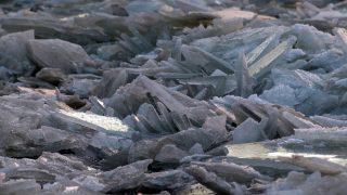 Szolnok, 2017. január 3. Összetorlódott jégtáblák a befagyott Közép-Tiszán Szolnoknál 2017. január 3-án. MTI Fotó: Bugány János