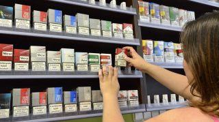 Szolnok, 2013. június 19. Somos Anikó tulajdonos egy nyitásra váró, berendezett nemzeti dohányboltban a szolnoki Mészáros Lõrinc utcában 2013. június 19-én. A vállalkozó 20 évre nyerte el a koncessziós jogot és vállalta 3 fõ - köztük egy megváltozott munkaképességû és egy regisztrált munkanélküli - foglalkoztatását. Eddig 4525 dohánytermék-kiskereskedelmi engedély iránti kérelem érkezett a Nemzeti Adó- és Vámhivatal (NAV) vám- és pénzügyõri igazgatóságaihoz, és 3021 engedélyt adtak ki. MTI Fotó: Mészáros János