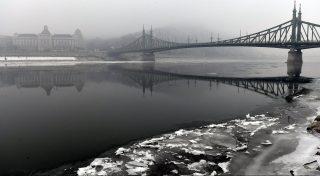 Budapest, 2017. január 23. A Szabadság híd 2017. január 23-án. Tarlós István fõpolgármester elrendelte a szmogriadó riasztási fokozatát a fõvárosban. A magas szállópor-koncentráció miatt ezen a napon reggel 6 órától minden nap 22 óráig Budapest közigazgatási területén tilos azzal a gépjármûvel közlekedni, amelynek forgalmi engedélyében a környezetvédelmi osztályt jelölõ kód 0; 1; 2; 3; 4, vagy amelyek forgalmi engedélye nem tartalmaz környezetvédelmi osztályt jelölõ kódot. MTI Fotó: Mohai Balázs