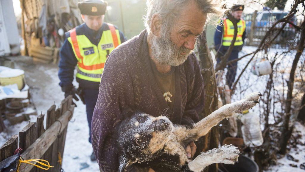 Nyíregyháza, 2017. január 6. Takács Miklós (elöl) beviszi házába átfagyott kutyáját Turóczi László (b) és Biszku Attila rendõr fõtörzszászlósok, nagycserkeszi körzeti megbízottak társaságában a Nyíregyházához tartozó Gerhátbokorban 2017. január 6-án. A környéken éjjel -15 Celsius-fokot mértek, és napközben sem emelkedett a hõmérséklet -10 fok fölé. A körzeti megbízottak felkeresnek minden olyan idõs embert, akikrõl tudják, hogy egyedül élnek vagy segítségre szorulnak. MTI Fotó: Balázs Attila