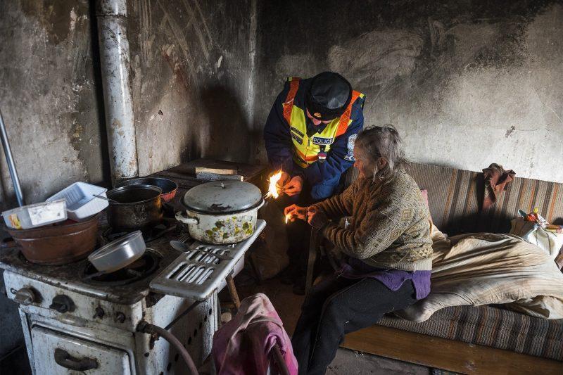 Nagycserkesz, 2017. január 6. Biszku Attila rendõr fõtörzszászlós segít begyújtani a kályhát Kovács Jánosné nagycserkeszi otthonában 2017. január 6-án. A környéken éjjel -15 Celsius-fokot mértek, és napközben sem emelkedett a hõmérséklet -10 fok fölé. A körzeti megbízottak felkeresnek minden olyan idõs embert, akikrõl tudják, hogy egyedül élnek vagy segítségre szorulnak. MTI Fotó: Balázs Attila