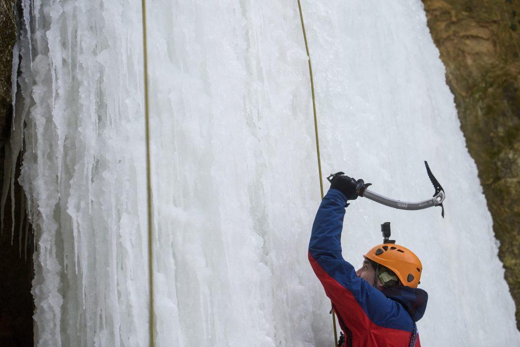 Sátorosbánya, 2017. január 29. Egy hegymászó edz egy megfagyott vízesés jégfalán a felvidéki Sátorosbánya közelében 2017. január 29-én. MTI Fotó: Komka Péter