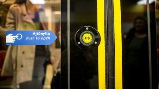 Budapest, 2015. október 17. Ajtónyitó-nyomógomb a 4-es metró egyik szerelvényén a Szent Gellért téri állomáson, Budapesten 2015. október 17-én. A 2-es és a 4-es metrón ki- és beszálláskor az utasoknak meg kell nyomniuk az ajtónyitó gombot, amikor az zölden világít. MTI Fotó: Marjai János
