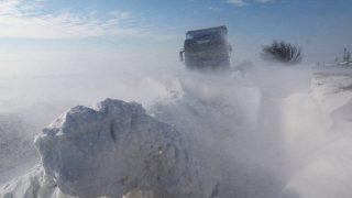 Gesztely, 2017. január 18.Hófúvásban elakadt kamion Borsod-Abaúj-Zemplén megyében, a Gesztely és Újharangod közötti úton 2018. január 18-án.MTI Fotó: Vajda János
