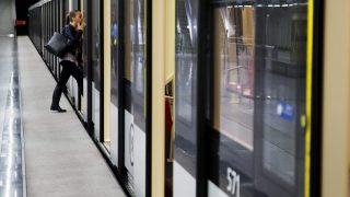 Budapest, 2015. szeptember 26. A 4-es metró automata szerelvénye a Keleti pályaudvar megállóhelynél 2015. szeptember 26-án. Ettõl a naptól a teljes üzemidõben jármûkísérõ személyzet nélkül közlekednek az automata szerelvények a vonalon. MTI Fotó: Balogh Zoltán
