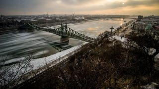 Budapest, 2017. január 10. A hosszú expozíciós idõvel készült felvételen jégzajlás a Duna fõvárosi szakaszán, a Szabadság hídnál 2017. január 10-én. MTI Fotó: Balogh Zoltán