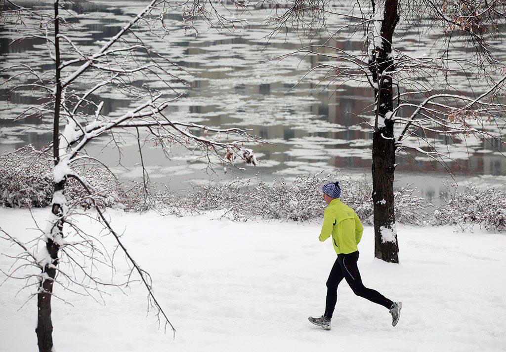 Budapest, 2010. január 30.Egy férfi fut a behavazott Margit-szigeten. Rendkívüli mennyiségű, helyenként akár húsz centiméternél is több friss hó várható az ország középső részén éjfélig; az Országos Meteorológiai Szolgálat a legmagasabb fokozatú, piros riasztást adott ki erre a területre. A fővárosban a Fővárosi Közterület-fenntartó Zrt. (FKF) legutóbbi mérései szerint 24 centiméternyi hó esett. A Ferihegyi repülőtér több órára bezárt; Budapestről egyelőre nem tudnak felszállni a gépek a havazás miatt, az érkező repülőgépek vagy el sem indultak vagy a környező repülőtereken szállnak le. A BKV-nál 15-20 perces késéseket okoz az intenzív havazás.MTI Fotó: Mohai Balázs