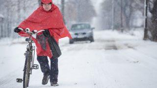 Gádoros, 2017. január 14. Egy férfi tolja kerékpárját a havas úton Gádoros közelében 2017. január 14-én. MTI Fotó: Rosta Tibor