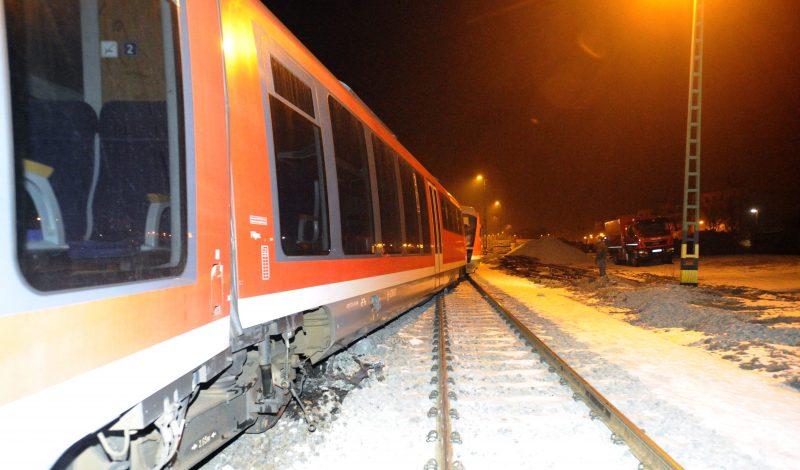 Esztergom, 2017. január 19. Kisiklott személyvonat az esztergomi vasútállomáson 2017. január 18-án este. A balesetben senki nem sérült meg. MTI Fotó: Mihádák Zoltán