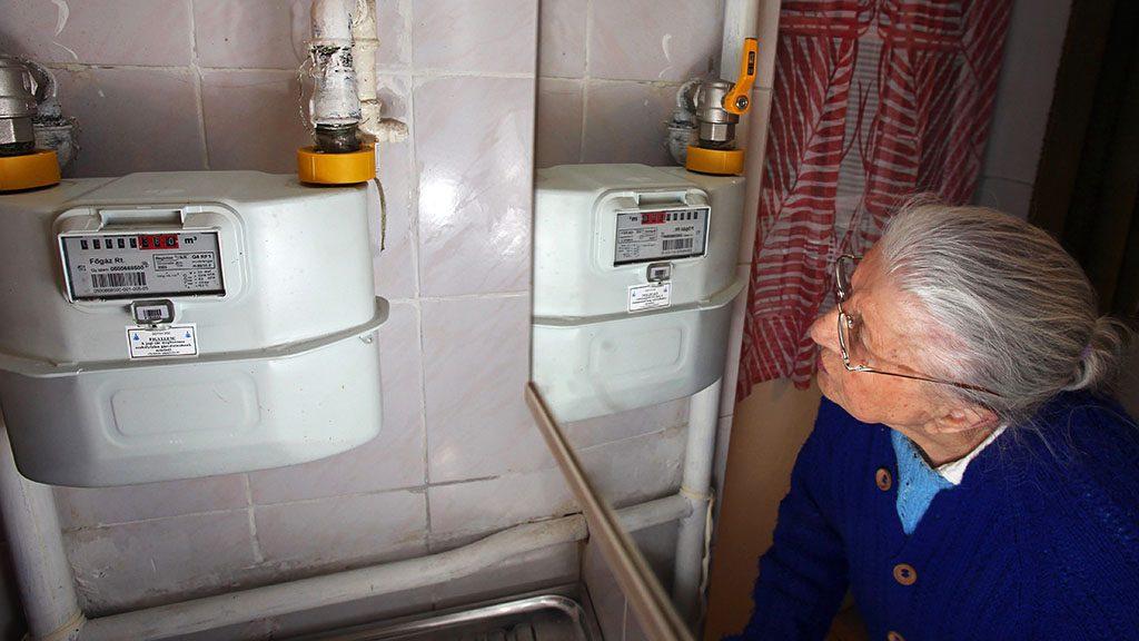 Budapest, 2010. február 26.Bruckner Ferencné a gázóra állását olvassa le XII. kerületi otthonában. A Magyar Energia Hivatalhoz (MEH) 2010. február 25-én estig egyetlen egyetemes gázszolgáltató sem nyújtotta be árváltoztatási kérelmét. A szolgáltatóknak negyedévente egyszer van lehetőségük árváltoztatási kérelmet beadni az energia hivatalhoz; idén március 5-ig kell jelezniük árváltoztatási szándékukat a hivatal felé az április 1-jétől alkalmazandó végfelhasználói árakra vonatkozóan. A földgáz végfelhasználói ára legutóbb 2010. január 1-jén változott, akkor átlagosan 4 százalékkal emelkedett.MTI Fotó: Mohai Balázs