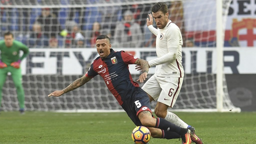 AS Roma's midfielder from Holland Kevin Strootman (R) fights for the ball with Genoa's defender from Italy Armando Izzo during the Italian Serie A football match Genoa vs Roma on January 8, 2017 at Genoa's De Ferraris stadium. / AFP PHOTO / ANDREAS SOLARO