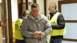 Gyõr, 2017. január 13. Egy tizennégy évvel ezelõtt elkövetett gyilkossággal gyanúsított férfit kísérnek ki a tárgyalóterembõl a rendõrök a Gyõri Járásbíróságon 2017. január 13-án. A bíróság döntött a férfi elõzetes letartóztatásáról, akit a tizennégy évvel ezelõtti gönyûi gyilkossággal, az akkor 22 éves gyõri Tompa Eszter megölésével gyanúsítanak. MTI Fotó: Krizsán Csaba