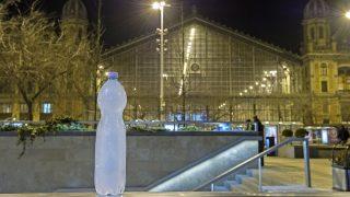 Budapest, 2017. január 8. Megfagyott víz egy szabadban hagyott palackban Budapesten, a Nyugati téren 2017. január 8-ra virradó éjjel. MTI Fotó: Lakatos Péter