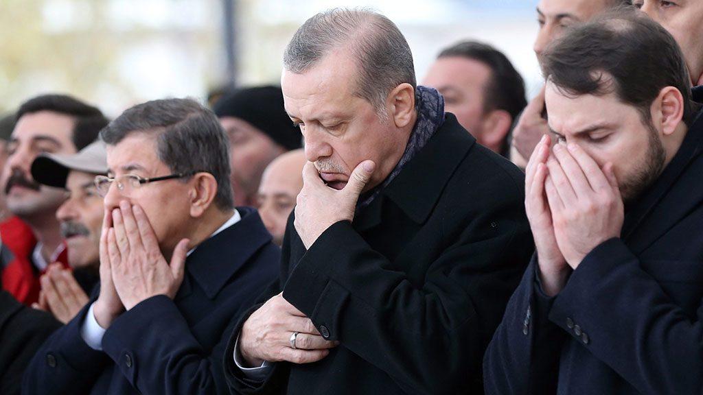 Isztambul, 2016. december 12.Recep Tayyip Erdogan török elnök (k) az isztambuli Vodafone Arénánál két nappal korábban elkövetett kettős robbantás egyik rendőri áldozatának, Hasim Ustának a temetésén Isztambulban 2016. december 12-én. A támadás 38 halálos áldozata közül 30 rendőr volt, akik a Besiktas török labdarúgóklub stadionjánál biztosították a helyszínt egy mérkőzés alatt. A merényletben 155-en megsebesültek, amelynek elkövetőjeként a Kurdisztáni Munkáspárthoz (PKK) köthető Kurdisztáni Szabadság Sólymai (TAK) nevű csoport jelentkezett. (MTI/EPA/Tolga Bozoglu)