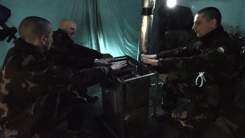 Röszke, 2017. január 7. Katonák melegszenek egy fűtött sátorban a magyar-szerb határnál, Röszke térségében 2017. január 7-én. A hideg időjárás miatt változtattak a katonák szolgálati beosztásán, szükség szerint használhatják a fűtött sátrakat, valamint a téli felszerelés mellé további meleg ruházatot kaptak. MTI Fotó: Kelemen Zoltán Gergely