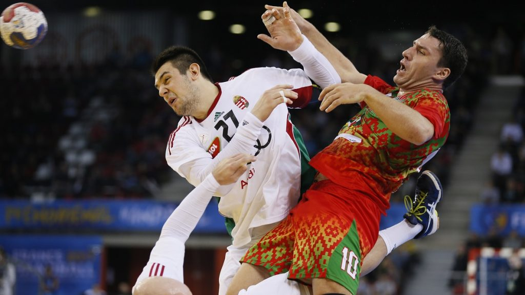 Hungary's pivot Bence Banhidi (L) defends on Belarus' centre back Barys Pukhouski (R) during the 25th IHF Men's World Championship 2017 Group C handball match Belarus vs Hungary  on January 20, 2017 at the Kindarena in Rouen. / AFP PHOTO / CHARLY TRIBALLEAU