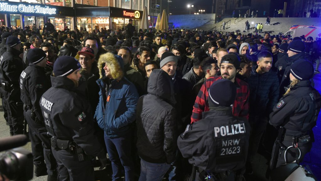 Police officials surround a group of men in front of the main station in Cologne, Germany, 31 December 2016. Photo: Henning Kaiser/dpa