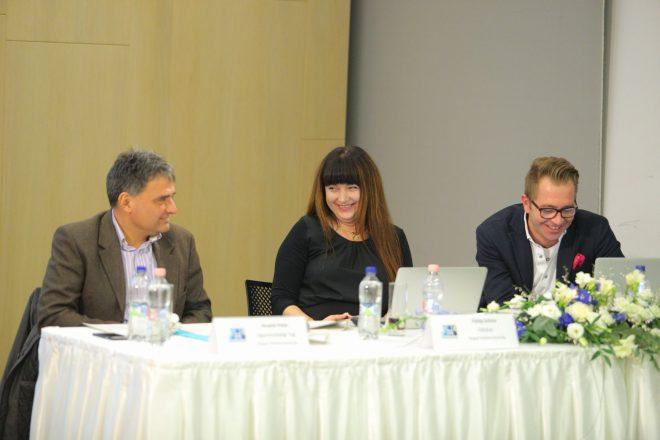 Fülöp Szilvia (középen) Hivatal Péter (balra) és Urbán Zsolt (jobbra) társaságában