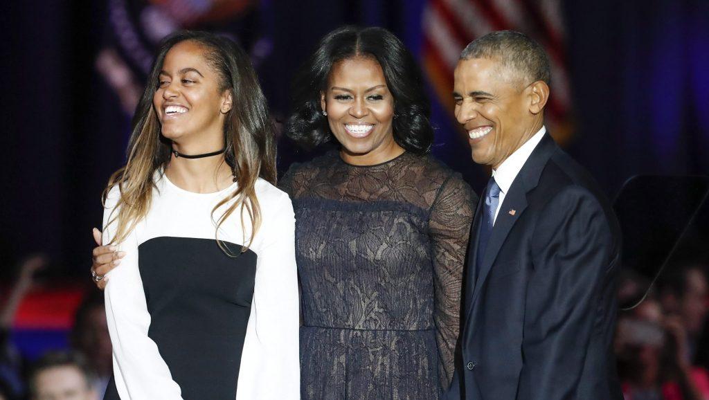 Chicago, 2017. január 11. Barack Obama leköszönõ amerikai elnök (j) felesége, Michelle Obama (k) és lányuk, Malia társaságában, miután Obama megtartotta az utolsó elnöki beszédét a chicagói McCormick Place rendezvényközpontban 2017. január 10-én. (MTI/EPA/Kamil Krzaczynski)