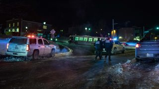 Canadian police officers respond to a shooting in a mosque at the Québec City Islamic cultural center on Sainte-Foy Street in Quebec city on January 29, 2017. Two arrests have been made after five people were reportedly shot dead in an attack on a mosque in Québec City, Canada.  / AFP PHOTO / Alice Chiche