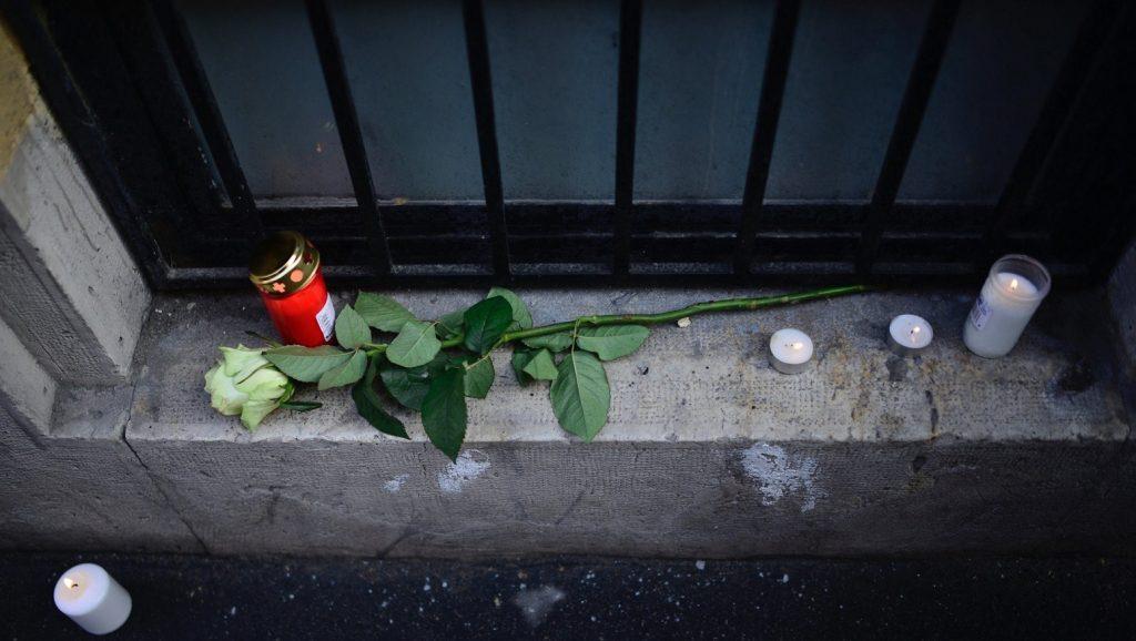 Budapest, 2017. január 21. Mécsesek és egy szál rózsa a Szinyei Merse Pál Gimnáziumnál a fõváros VI. kerületében 2017. január 21-én. Egy az iskola diákjait szállító, Franciaországból hazafelé tartó autóbusz az olaszországi A4-es autópályán egy veronai csomópontnál balesetet szenvedett, majd kigyulladt. Tizenhat középiskolás diák életét vesztette, a sérültek száma 39. MTI Fotó: Marjai János