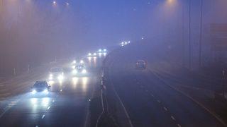 Budakalász, 2017. január 23.Gépjárművek közlekednek a 11-es főúton Budakalászon 2017. január 23-án. Tarlós István főpolgármester elrendelte a szmogriadó riasztási fokozatát a fővárosban. A magas szállópor-koncentráció miatt ezen a napon reggel 6 órától minden nap 22 óráig Budapest közigazgatási területén tilos azzal a gépjárművel közlekedni, amelynek forgalmi engedélyében a környezetvédelmi osztályt jelölő kód 0; 1; 2; 3; 4, vagy amelyek forgalmi engedélye nem tartalmaz környezetvédelmi osztályt jelölő kódot.MTI Fotó: Mohai Balázs