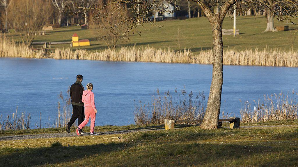Nagykanizsa, 2016. január 28.Kirándulók a tavaszias napsütésben a nagykanizsai Csónakázó-tónál 2016. január 28-án. Kora délután 15 Celsius-fok volt a levegő hőmérséklete.MTI Fotó: Varga György