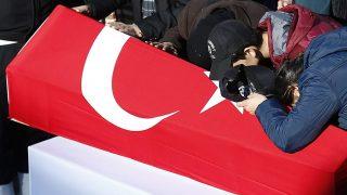 Isztambul, 2016. december 11.Hozzátartozók az egyik rendőrtiszt koporsójánál az Isztambulban tartott temetésen 2016. december 11-én, miután az előző éjjel kettős robbantás történt a Vodafone Arénánál egy labdarúgó-mérkőzést követően. A támadásban 38-an vesztették életüket, közülük 30 rendőr és 7 civil. A sebesültek számát 155-re teszik. (MTI/EPA/Sedat Suna)
