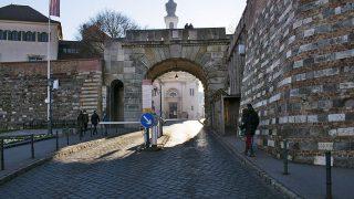 Budapest, 2016. december 11.Az autós beléptető rendszerrel ellátott Bécsi kapu, az I. kerületben az Ostrom utca felől.MTVA/Bizományosi: Róka László ***************************Kedves Felhasználó!Ez a fotó nem a Duna Médiaszolgáltató Zrt./MTI által készített és kiadott fényképfelvétel, így harmadik személy által támasztott bárminemű – különösen szerzői jogi, szomszédos jogi és személyiségi jogi – igényért a fotó készítője közvetlenül maga áll helyt, az MTVA felelőssége e körben kizárt.