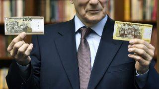 Budapest, 2016. november 14.Gerhardt Ferenc, a Magyar Nemzeti Bank (MNB) alelnöke bemutatja az új 2000 és 5000 forintos bankjegyek mintáit a jegybank fővárosi székházában tartott sajtótájékoztatón 2016. november 14-én. Az új bankók november 15-étől válnak törvényes fizetőeszközzé, de a készpénzforgalomban csak 2017. március 1-jétől lehet találkozni velük. A jelenlegi bankjegyek 2017. július 31-ig maradnak a készpénzforgalomban.MTI Fotó: Máthé Zoltán