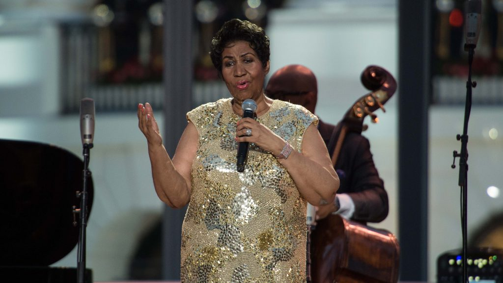 US singer Aretha Franklin speaks before performing during the International Jazz Day concert at the White House in Washington, DC, on April 29, 2016. / AFP PHOTO / NICHOLAS KAMM