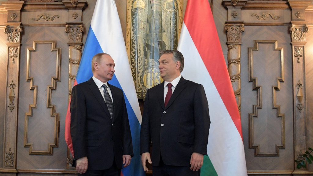 Hungarian Prime Minister Viktor Orban (R) and Russian President Vladimir Putin meet in Budapest on February 2, 2017. / AFP PHOTO / SPUTNIK / Alexey DRUZHININ