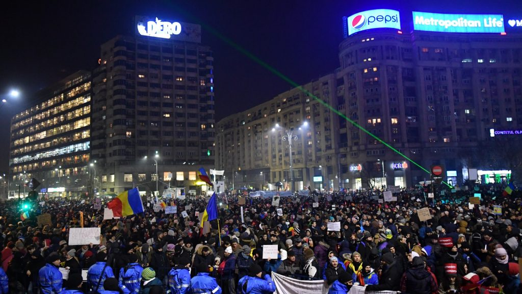 People take part in a protest in front of the government headquarters in Bucharest against the controversial decree to pardon corrupt politicians and decriminalize other offenses on February 2, 2017.  Around 60,000 people rallyed in Bucharest for a third day in a row after a controversial law giving pardon to corruption crimes was adopted by emergency order late evening on Januarz 31, 2017.  / AFP PHOTO / DANIEL MIHAILESCU