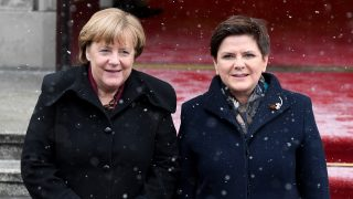 Polish Prime Minister Beata Szydlo (R) and German Chancellor Angela Merkel pose for photographers during a welcoming ceremony on February 7, 2017 in Warsaw. / AFP PHOTO / Janek SKARZYNSKI