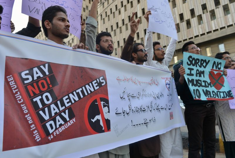 Pakistani men protest against Valentine's Day celebrations in Karachi on February 12, 2017. The western tradition of Valentine's Day is reviled in parts of Pakistan's conservative Islamic society.  / AFP PHOTO / RIZWAN TABASSUM