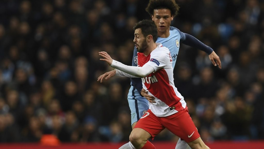 Manchester City's German midfielder Leroy Sane (R) challenges Monaco's Portuguese midfielder Bernardo Silva (L) during the UEFA Champions League Round of 16 first-leg football match between Manchester City and Monaco at the Etihad Stadium in Manchester, north west England on February 21, 2017. / AFP PHOTO / Paul ELLIS