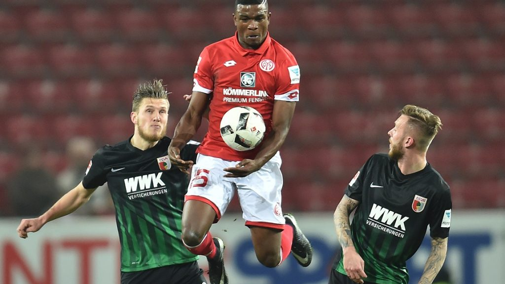 Mainz's Jhon Cordoba (c) and Augsburg's Jeffrey Gouweleeuw (l) and Tim Rieder vie for the ball during the German Bundesliga soccer match between FSV Mainz 05 and FC Augsburg in the Opel Arena in Mainz, Germany, 10 February 2017.   (EMBARGO CONDITIONS - ATTENTION: Due to the accreditation guidelines, the DFL only permits the publication and utilisation of up to 15 pictures per match on the internet and in online media during the match.) Photo: Torsten Silz/dpa