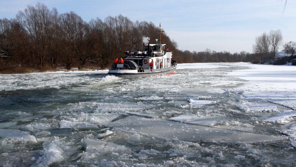Bodrogkisfalud, 2012. február 11. Jégtörõ hajó dolgozik a Bodrog folyón Bodrogolaszinál. Közúton szállítottak két jégtörõ hajót a Borsod-Abaúj-Zemplén megyei Bodrogkisfaludról a Hajdú-Bihar megyei Tiszacsegére, hogy biztosítsák a Tisza jeges árvíz elleni védelmét. A Tiszán jelenleg nyolc jégtörõ hajóval dolgoznak, kiemelten figyelnek a tiszalöki és a kiskörei vízlépcsõk üzembiztonságára. MTI Fotó: Vajda János