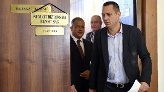 Budapest, 2016. szeptember 26.Kósa Lajos, a rendészeti bizottság fideszes elnöke (b) és Molnár Zsolt, a nemzetbiztonsági bizottság szocialista elnöke távozik az Országgyűlés nemzetbiztonsági, valamint honvédelmi és rendészeti bizottságának zárt üléséről az Országházban 2016. szeptember 26-án. Az összevont ülést a fővárosi Teréz körúton szeptember 24-én történt robbantással kapcsolatban tartották.MTI Fotó: Illyés Tibor