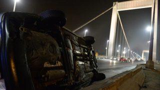Budapest, 2017. február 13. Személygépkocsi az Erzsébet híd budai hídfõjénél, miután az út menti betonkorlátnak ütközött, majd felborult 2017. február 13-án. MTI Fotó: Balogh Zoltán