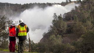 Oroville, 2017. február 13. A kaliforniai vízgazdálkodási hivatal (CDWR) dolgozói nézik az Oroville-tavon lévõ, megrongálódott völgyzáró gátról lezúduló vizet 2017. február 13-án. A hatóságok elrendelték a lakosok kimenekítését a 16 ezer fõs Oroville településen és környékén, miután felfedezték, hogy a túlfolyó betonfalának nagy darabjai hiányoznak és összeomlás fenyeget egy kiegészítõ túlfolyót. (MTI/EPA/Peter Dasilva)