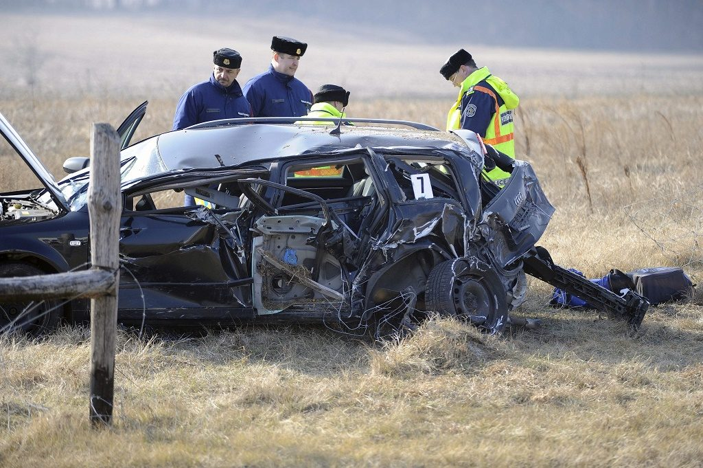 Budapest, 2017. február 13. Rendõrök helyszínelnek egy összetört személygépkocsinál az M5-ös autópálya 23. kilométerénél, ahol két személyautó és egy kamion ütközött össze 2017. február 13-án. A balesetben egy ember meghalt, egy pedig megsérült. MTI Fotó: Mihádák Zoltán