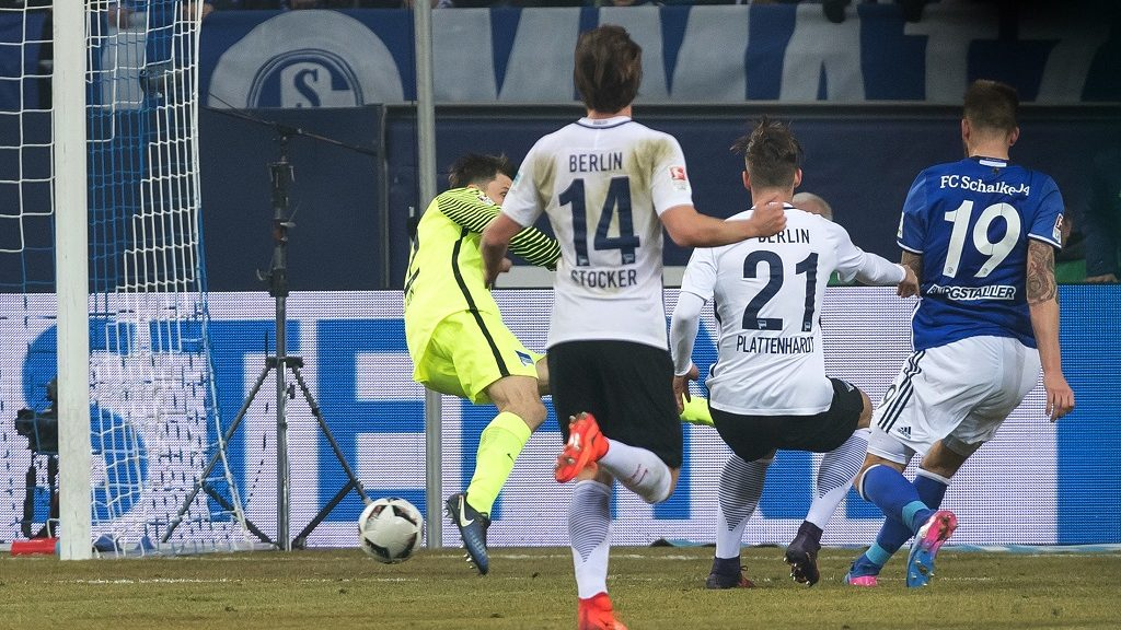 Schalke's Guido Burgstaller (R) scores 1-0 past Hertha's Marvin Plattenhardt and goalkeeper Rune Jarstein (L) during the Bundesliga match FC Schalke 04 vs Hertha BSC Berlin  in Gelsenkirchen on February 11, 2017. / AFP PHOTO / dpa / Guido Kirchner / NO Getty Images (GETTY-VD) - Germany OUT / RESTRICTIONS: DURING MATCH TIME: DFL RULES TO LIMIT THE ONLINE USAGE TO 15 PICTURES PER MATCH AND FORBID IMAGE SEQUENCES TO SIMULATE VIDEO. == RESTRICTED TO EDITORIAL USE == FOR FURTHER QUERIES PLEASE CONTACT DFL DIRECTLY AT + 49 69 650050  /