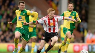 Jonny Howson of Norwich City and Duncan Watmore of Sunderland during the Barclays Premier League match between Norwich City and Sunderland played at Carrow Road, Norwich, England, on April 16, 2016 - Photo Joe Toth / BPI / DPPI