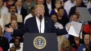 Melbourne, 2017. február 19. Donald Trump amerikai elnök beszédet mond a Florida állambeli Melbourne-ben 2017. február 18-án. Trump megerõsítette korábbi ígéreteit, beszélt az amerikai-mexikói határra tervezett kerítés megépítésérõl, hangsúlyozta, hogy lazít a gazdasági szabályzókon, és munkahelyeket teremt majd. (MTI/AP/Chris O'Meara)