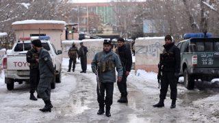 Kabul, 2017. február 7. Az afgán biztonsági erõk tagjai a kabuli legfelsõbb bíróságnál, ahol öngyilkos merénylõ robbantotta fel magát 2017. február 7-én. A támadásban legkevesebb tizenkilencen életüket vesztették és negyvenegyen megsebesültek. (MTI/EPA/Hedajatulláh Amid)