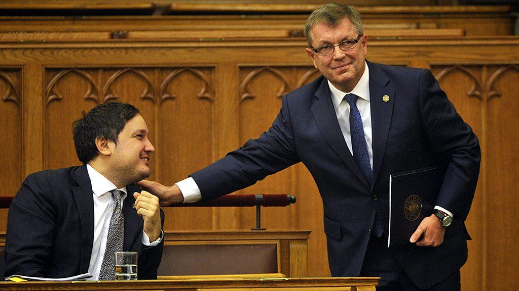 Budapest, 2015. november 4.Matolcsy György, a Magyar Nemzeti Bank (MNB) elnöke (j) beszámolója elmondása után elköszön Nagy Mártontól, az MNB alelnökétől az Országgyűlés plenáris ülésén  2015. november 4-én. Az ülés napirendjén az MNB 2012-es, 2013-as és 2014-es üzleti jelentéseinek és beszámolóinak vitája szerepel. MTI Fotó: Kovács Attila