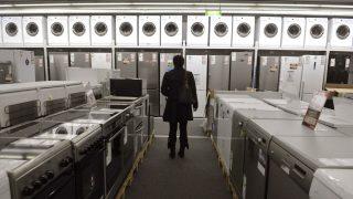 Budapest, 2012. október 24. Egy vásárló hûtõszekrényeket néz a Mammut Bevásárló-és Szórakoztató Központban lévõ Média Markt üzletben 2012. október 18-án. Novembertõl a Saturn mind a négy magyarországi elektronikai áruházát a testvérmárka Media Markt üzemelteti tovább, a dolgozókat és a garanciális ügyintézést is átveszi. MTI Fotó: Bruzák Noémi